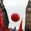Trabalhadores com bandeiras e balão do sindicato Unite, no Reino Unido