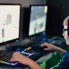 Garoto jogando videogame no computador