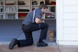 Entregador da Amazon deixa pacote na garagem do cliente
