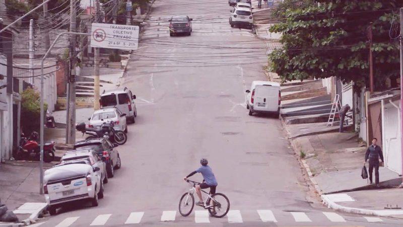 Ciclista observa ladeira em São Paulo