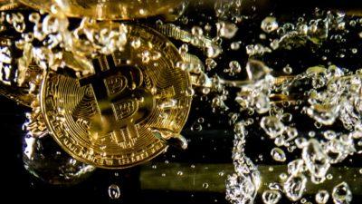 Bitcoin é jogada na água