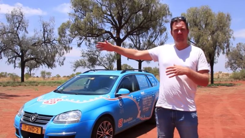 O holandês Weibe Walkker ao lado de seu carro elétrico