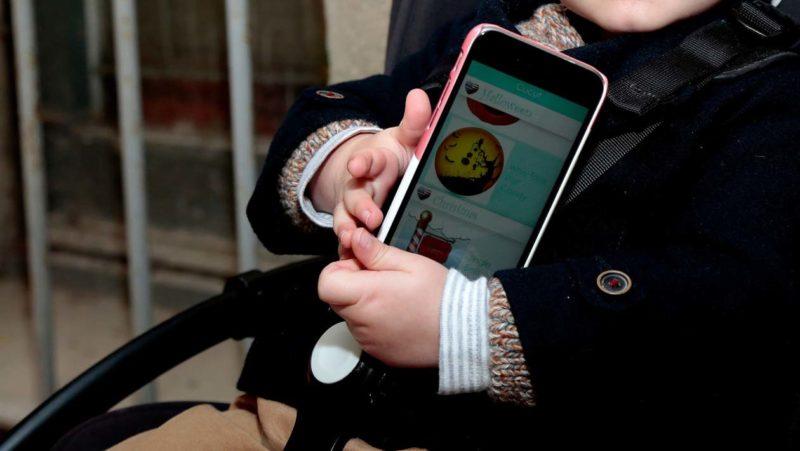 Criança segurando um smartphone
