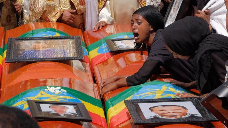 Mulher etíope chora sobre morte de parente morto em voo da Ethiopian Airlines