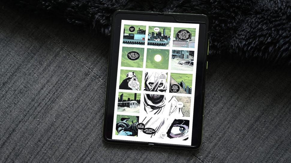 Samsung Galaxy Fold utilizado para ler quadrinhos