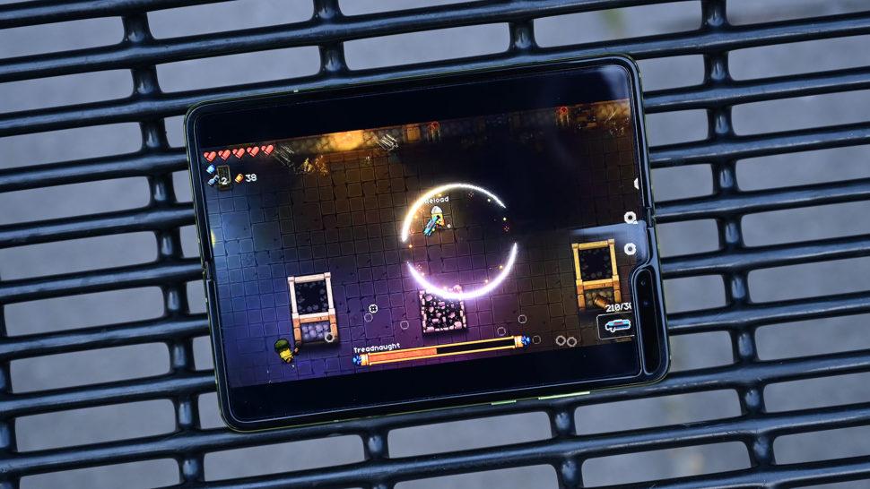 Galaxy Fold no modo paisagem, em uma tela de um jogo para Android