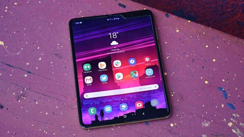 Samsung Galaxy Fold aberto com a tela ligada