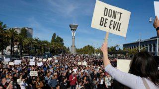 Funcionários do Google participando da protesto no dia 1º de novembro de 2018, no Harry Bridges Plaza em São Francisco.