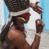 Um membro de uma tribo indígena tira uma foto de outro membro no celular após um protesto por direitos territoriais indígenas em 11 de novembro de 2015, em Angra dos Reis.