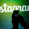 Pessoa tirando foto do logo do Instagram