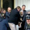Julian Assange, fundador do WikiLeaks, sendo preso pelas autoridades britânicas
