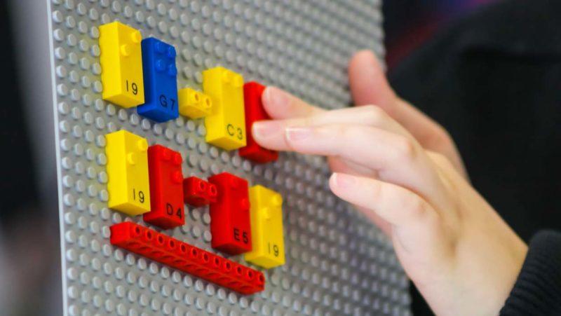 Peças de Lego com alfabeto em braille