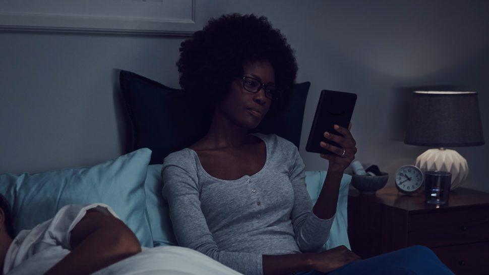 Mulher lendo na cama com o novo Kindle