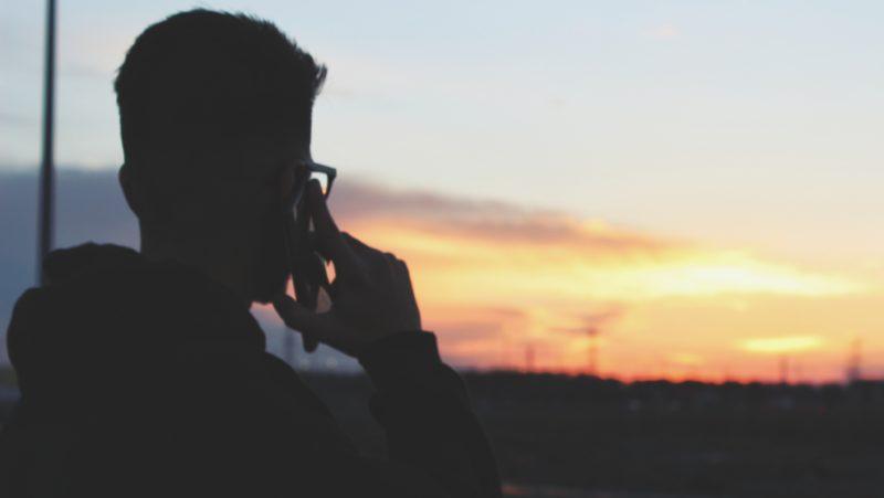 Homem falando no smartphone