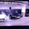 Captura de tela do vídeo que mostra um carro que parece ser o Tesla Model S pegando fogo