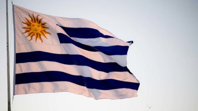 Bandeira do Uruguai hasteada