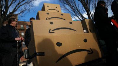 Caixas da Amazon empilhadas durante protesto em Long Island City