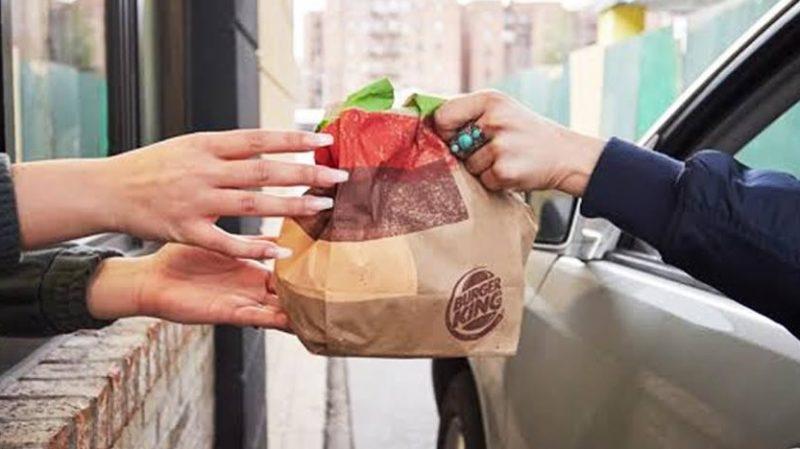 O Burger King está testando entrega de sanduíches no trânsito, e São Paulo está na lista de cidades