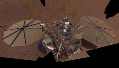 Sonda InSight da NASA com uma fina camada de poeira vermelha nos painéis solares