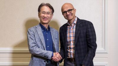 Kenichiro Yoshida, presidente e CEO da Sony, e Satya Nadella, CEO da Microsoft, apertando as mãos um para o outro e posando para a foto.