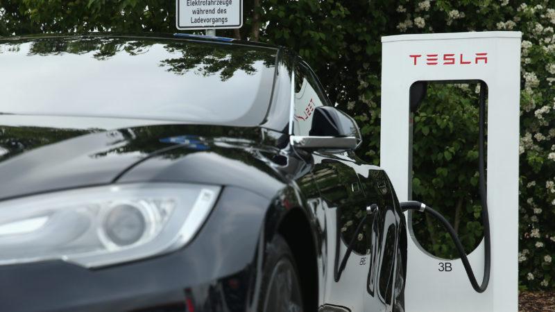 Testes mostram que piloto automático da Tesla pode causar acidentes se não houver atenção do motorista