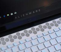 Detalhe do teclado do Alienware m15.