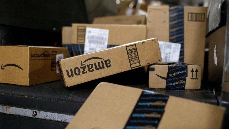 Caixas de entrega da Amazon. Crédito: Patrick Semansky/AP