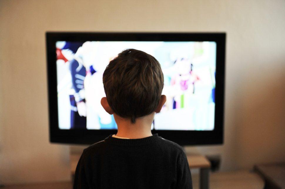 Criança assistindo televisão