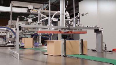 Captura de tela de vídeo que mostra empacotamento automático de caixas