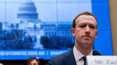 mark zuckerberg, ceo do facebook, em audiência no congresso americano. ele parece estar com uma expressão contrariada.