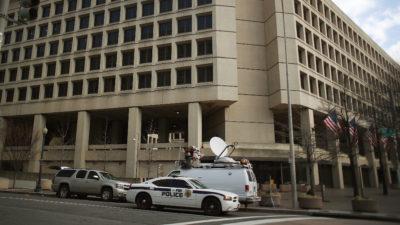Carro do FBI em frente a um prédio