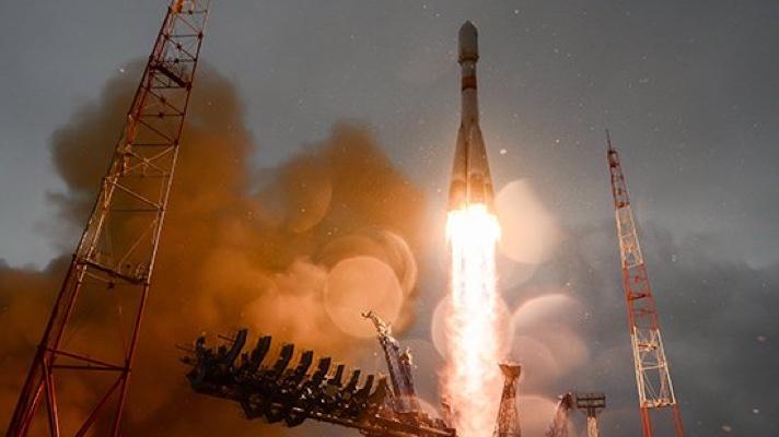 Foguete russo sendo lançado antes de ser atingido por raio