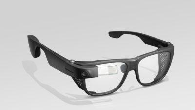 Google Glass. Parece um óculos de proteção, com hastes grossas. No lado direito dos óculos, uma pequena haste de acrílico fica sobre a lente. É ela que gera as imagens da realidade aumentada.
