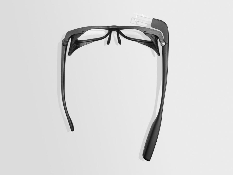 """O Google Glass visto de cima. A """"perna"""" direita do óculos é mais longa e grossa que a esquerda. Dela, sai um quadrado de acrílico que fica sobre a lente do olho direito."""