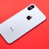 iPhone XS em um fundo vermelho