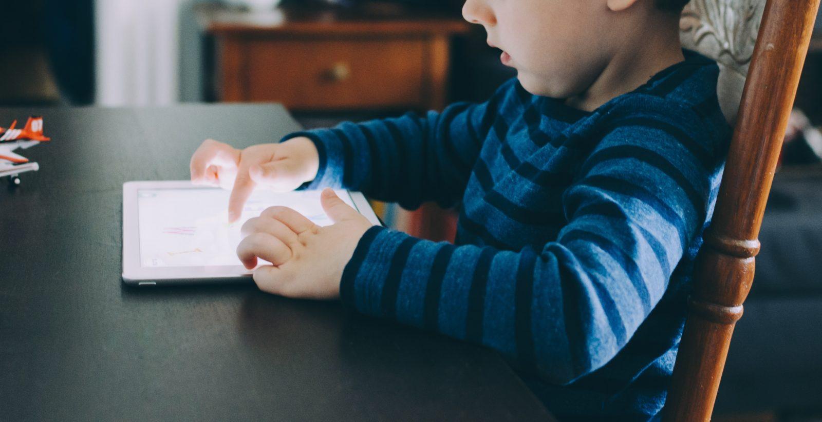 Criança mexendo em um tablet
