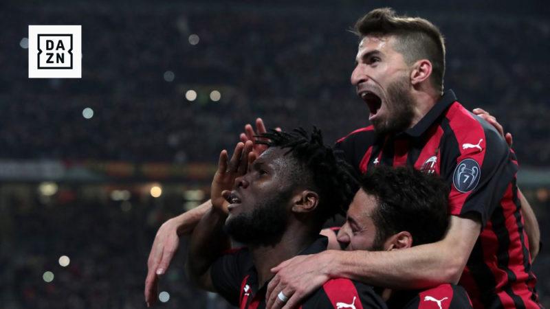 Jogadores do Milan e logotipo da Dazn