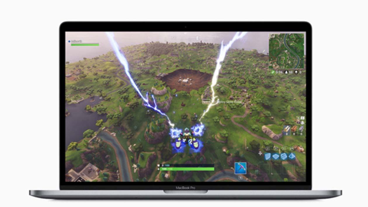 MacBook Pro exibindo tela com jogo Fortnite