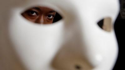 Pesquisador da área de privacidade Joy Buolamwini com uma máscara
