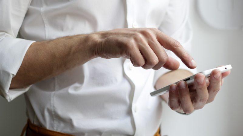 homem usando smartphone