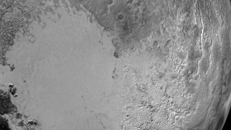 Esta hipótese sobre como o oceano escondido de Plutão se mantém líquido é bem interessante