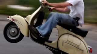 Homem empina scooter