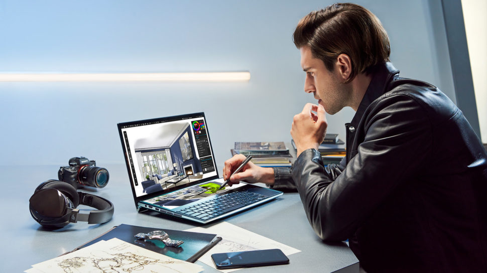 Homem mexendo no laptop ZenBook Pro Duo, da Asus