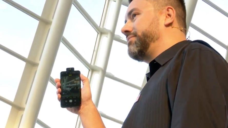 Marcel Campos, da Asus, segurando o Zenfone 6