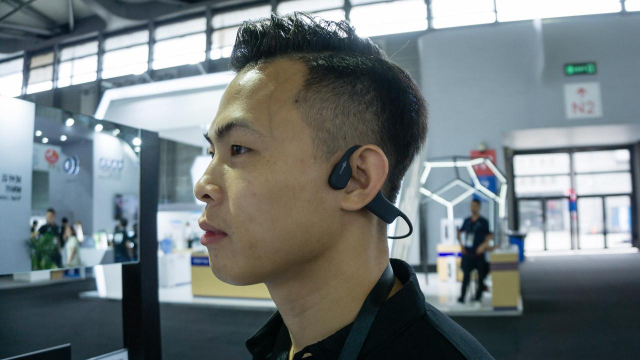 Pessoa usando fone de ouvido com condução óssea AfterShokz