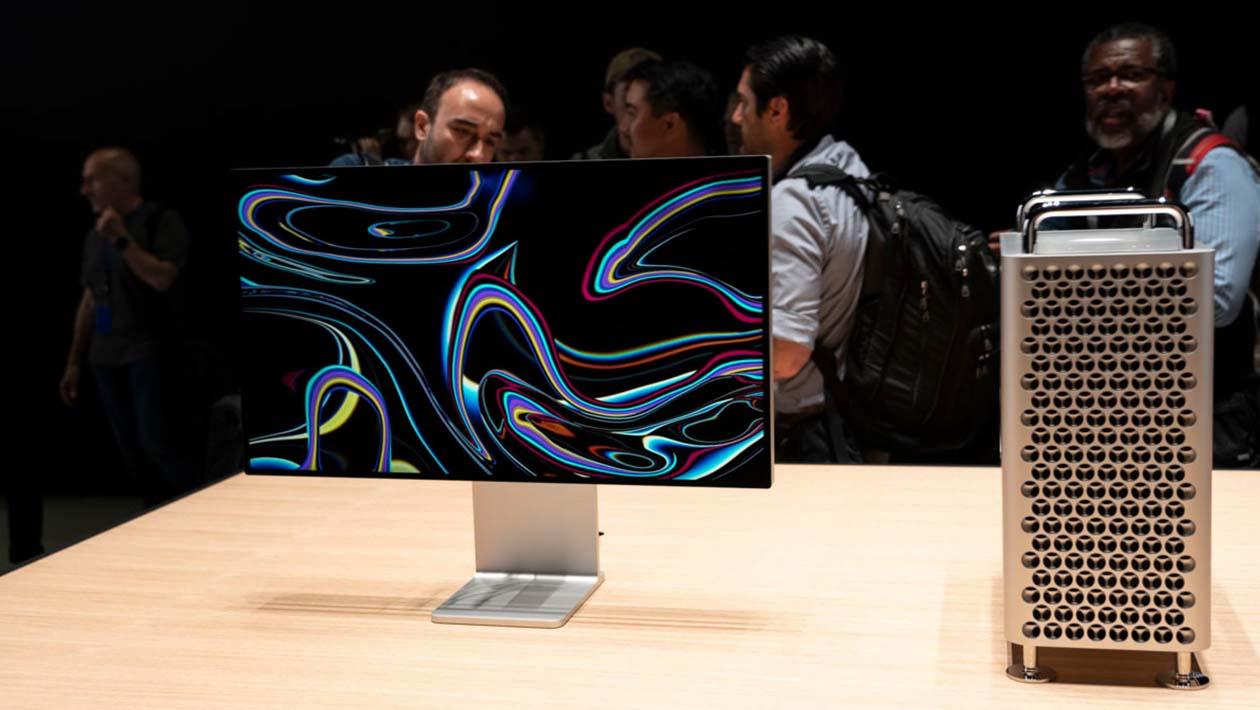 Monitor 6K e Mac Pro lado a lado