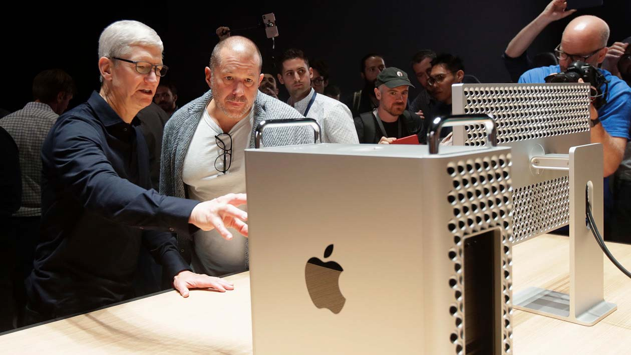 Tim Cooke e Jony Ive conversam enquanto olham para o novo Mac Pro e Pro Display XDR