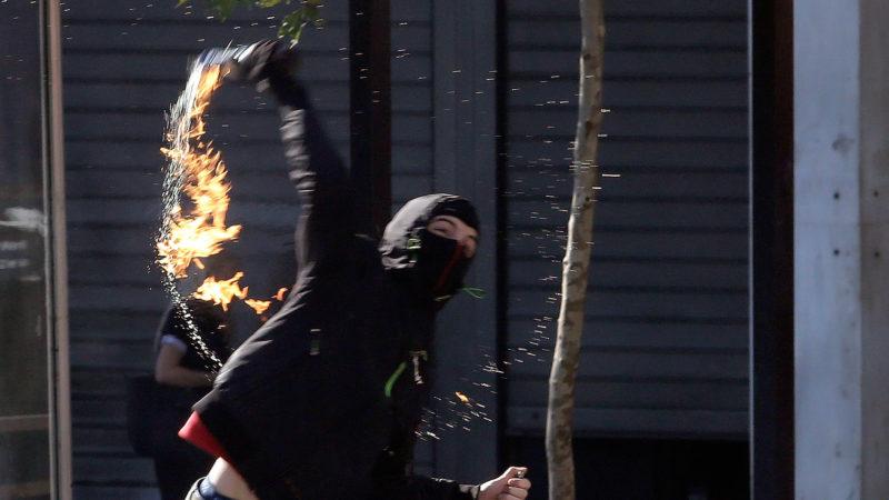Hacker do Anonymous é condenado após deixar cair USB ao jogar coquetel molotov