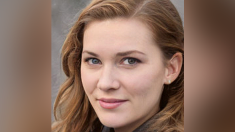 Foto de mulher branca de cabelo ruivo e olhos claros.