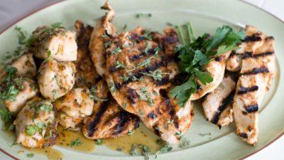 Prato de frango grelhado com temperos